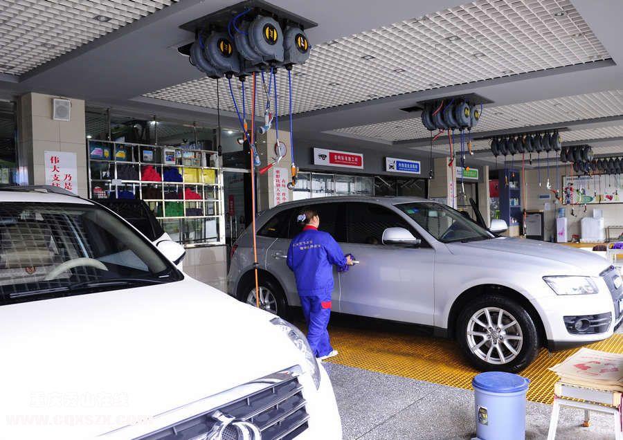 秀山聚友快车道汽车服务中心加盟于2004年,是一家集洗车、贴膜、装饰、电器、DVD、导航升级、钣金喷漆、轮胎四轮定位、发动机保养、更换机油、快修快保等汽车服务的一站式会所。公司8年来一直秉承客户至上,服务至上的经营理念,以专心、细心、热心、爱心、责任心的五星级核心服务为价值观,为广大车友提供了一个放心舒适的汽车服务环境。 春风化雨,德泽生辉。2012年8月19日,秀山聚友旗舰店奔腾时代盛大开业。在专注于汽车服务的同时,不断改进对卓越品质的追求一直是聚友人的梦想。汇聚天下车友,精装各汽车。聚友快车