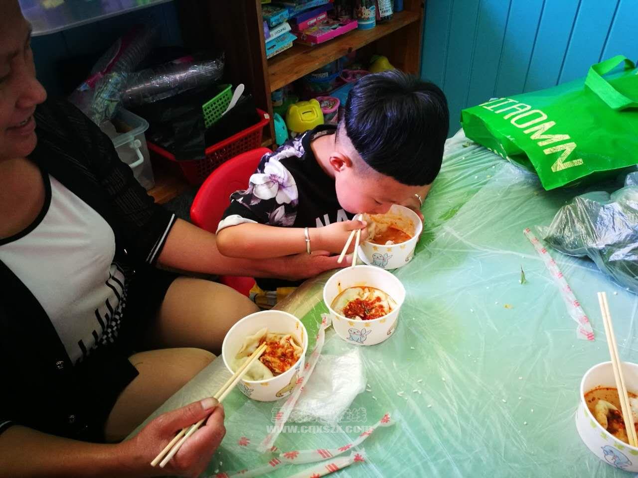 吃饺子1.jpg