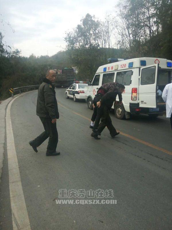 路政巡逻执法人员偶遇邓阳坳交通事故,接下来的一幕让人动容
